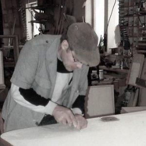 Simo Vesamäki työssään Ristinummentiellä sijainneessa vanhassa puusepänliikkeessämme.